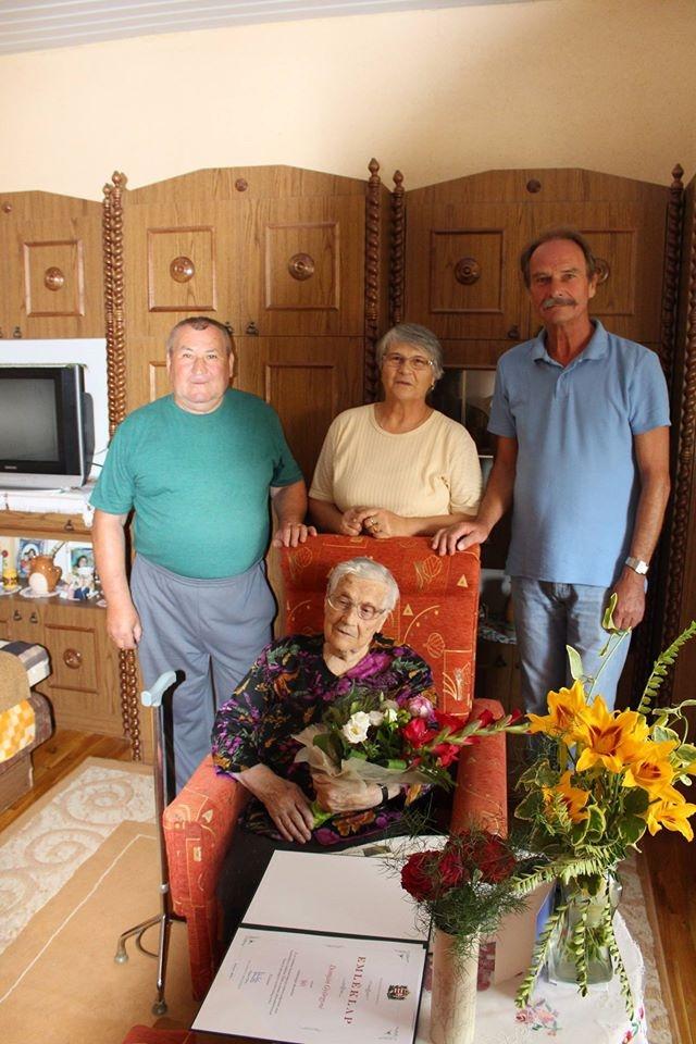 90. születésnapján köszöntötték a nénit