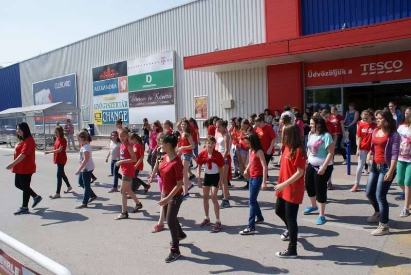 Flashmob a Tesco előtt
