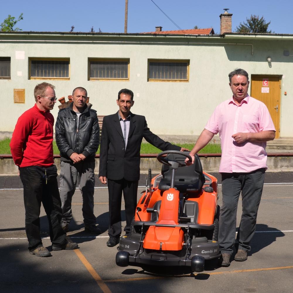 Speciális fűnyíró traktorral gazdagodott Dombóvár