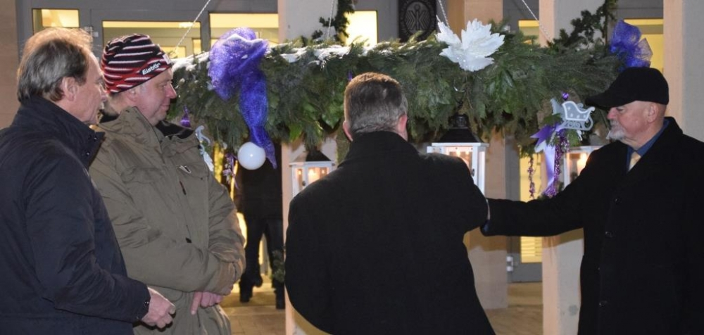 Az adventi koszorú harmadik gyertyájának lángja az örömet jelképezi