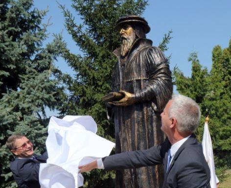 Kálvin János szobor Halmajon dombóvári alkotótól