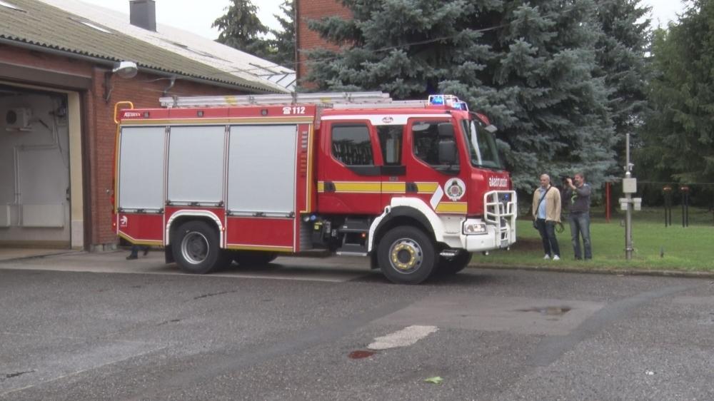 """Új tűzoltóautót kaptak a """"lánglovagok"""""""
