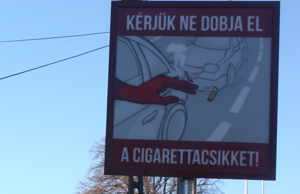 A járműben dohányzók ne pöcköljék ki a csikkeket az ablakon!