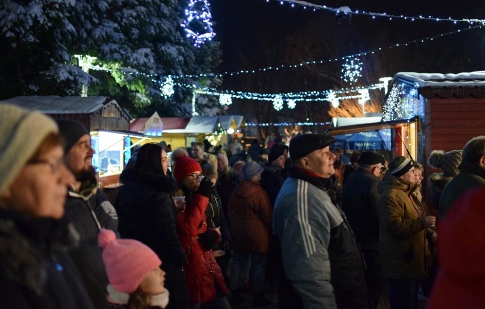 Színes ünnepi forgatag a belvárosban