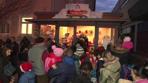 400 ajándécsomagból válogathattak a gyerekek